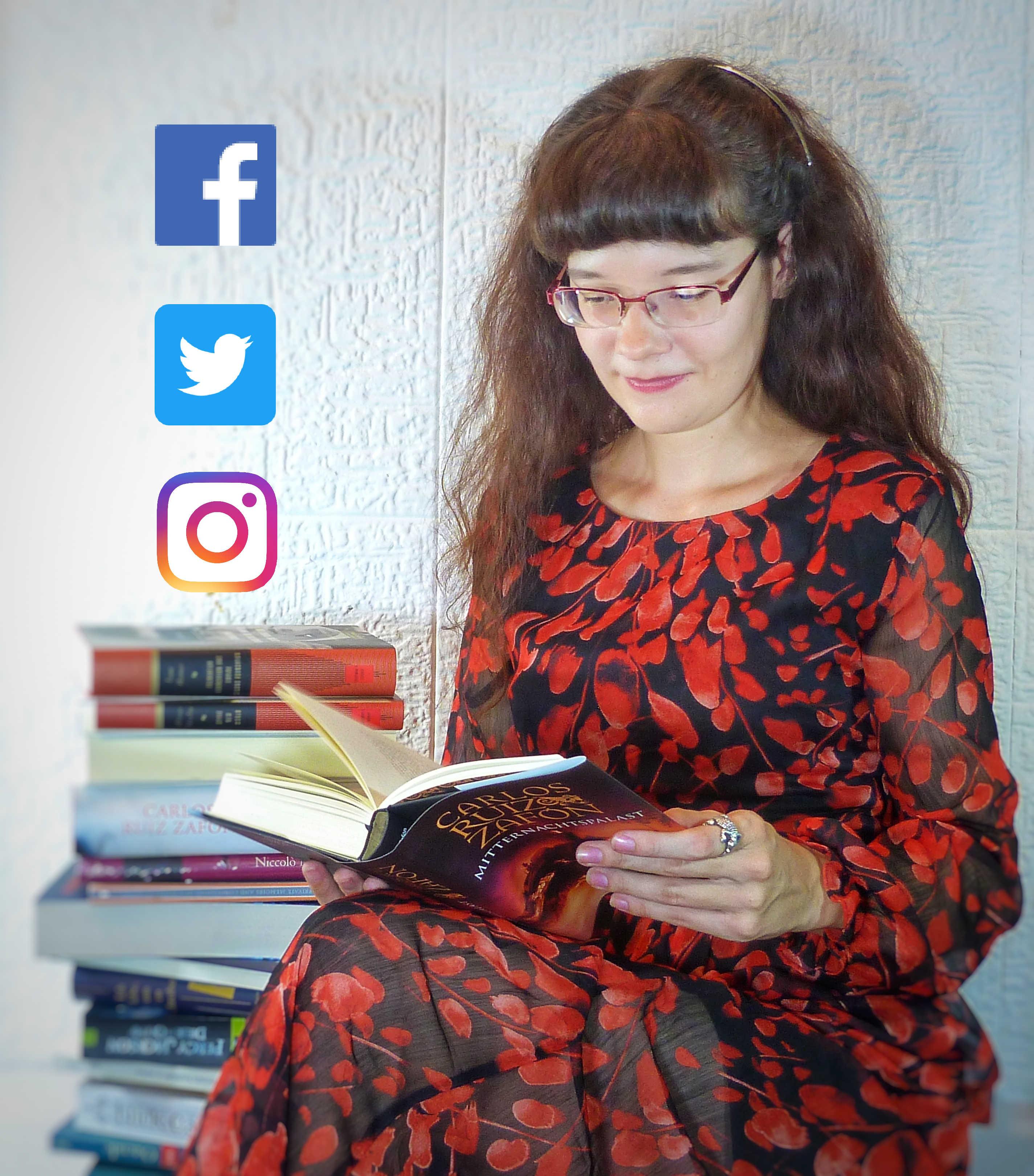 Alicia Hartung in langem Kleid mit Bücherstapel und SoMe-Icons