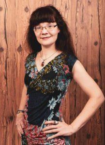 Virginia Kunert: junge Frau, Brille, lange braune Haare, helle Haut