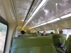 futuristischer Zugwaggon von innen